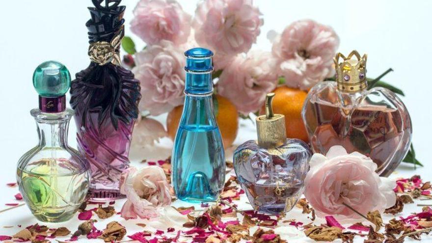 Aroma a rosas, madera, cítricos... ¡Cuidado! Los perfumes pueden causar problemas en la piel