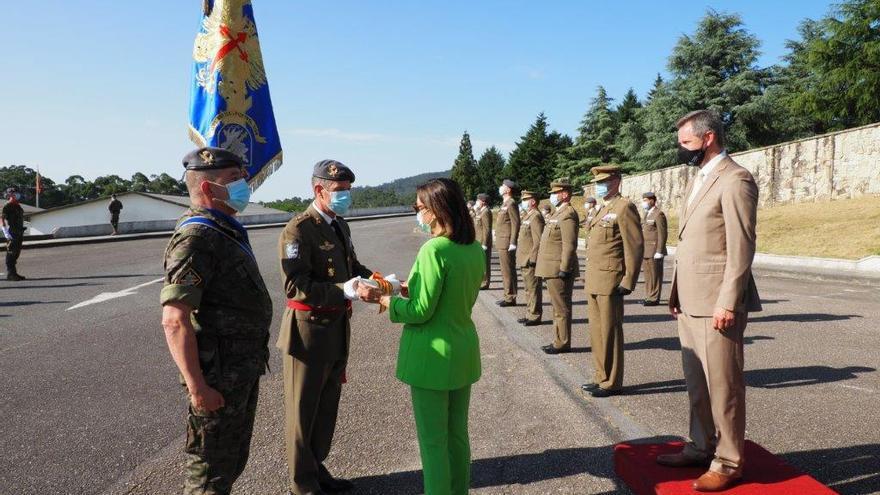 José Miñones impone a la Brilat la corbata de la Orden de Isabel la Católica