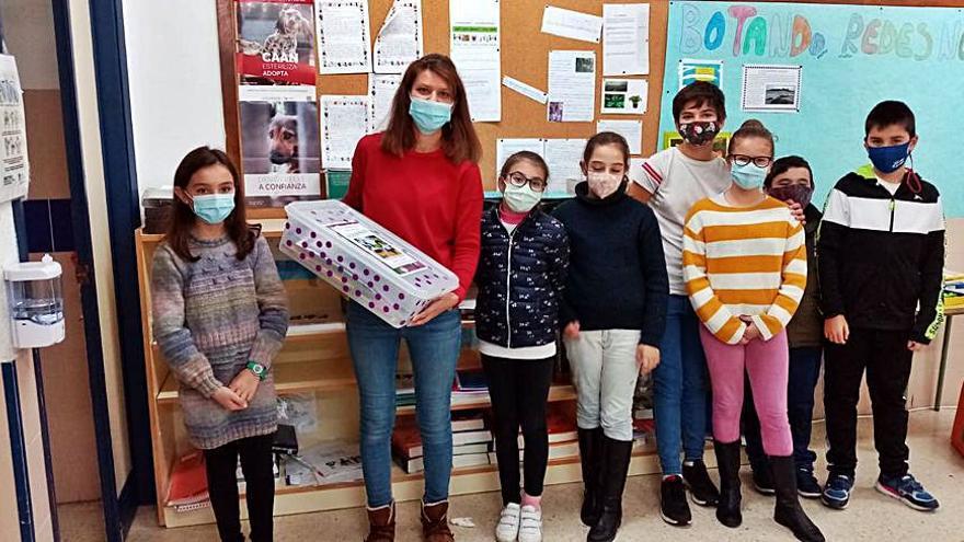 Marín entrega material en centros educativos para que los escolares trabajen en torno a la violencia machista