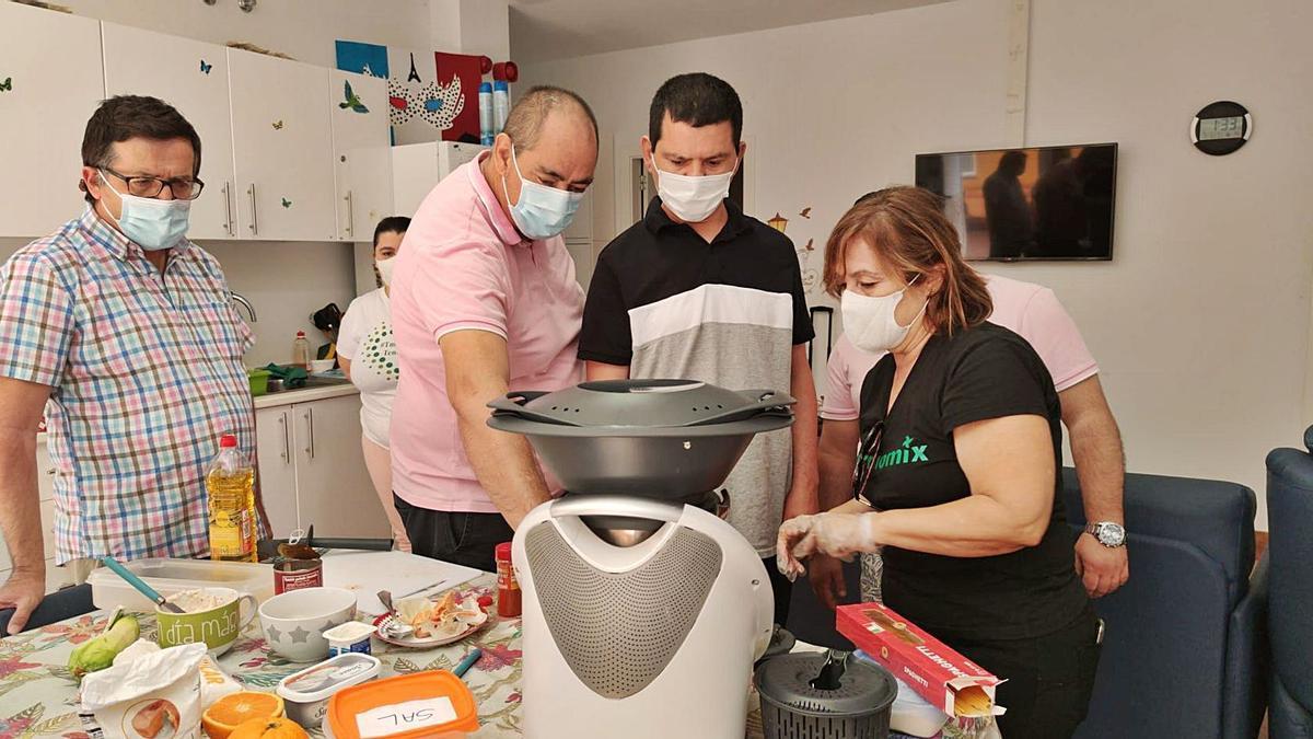 Los usuarios probando el robot de cocina que utilizarán durante el taller | | E.D.