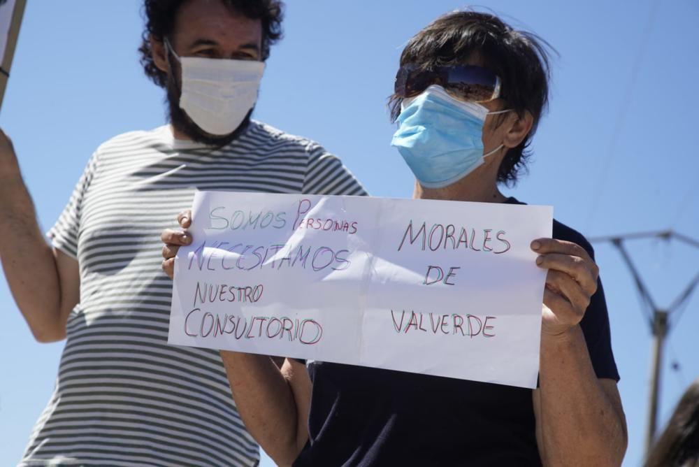 Concentración ante el centro de salud de Tábara para la reapertura de consultorios médicos