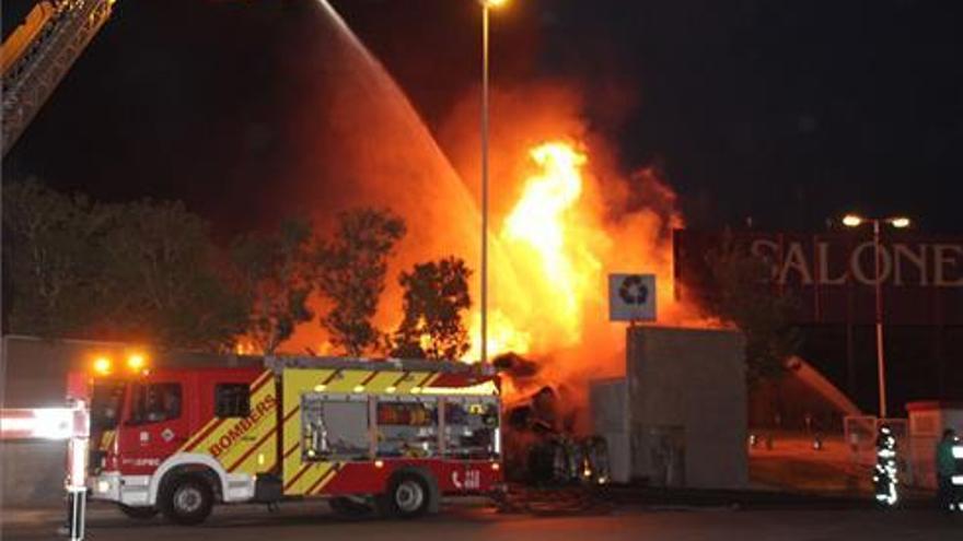 Continúa activo el virulento incendio en una planta de reciclaje de Onda