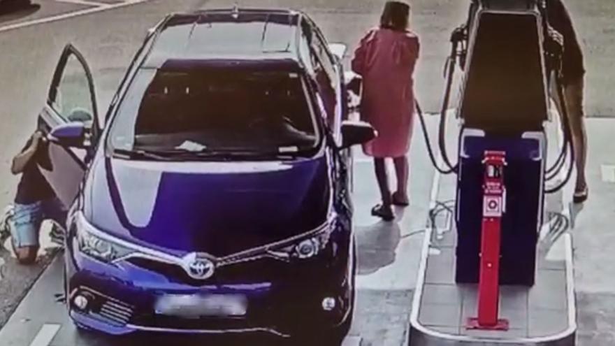 Així és com roben els lladres especialitzats en furts al descuit en una benzinera de Girona