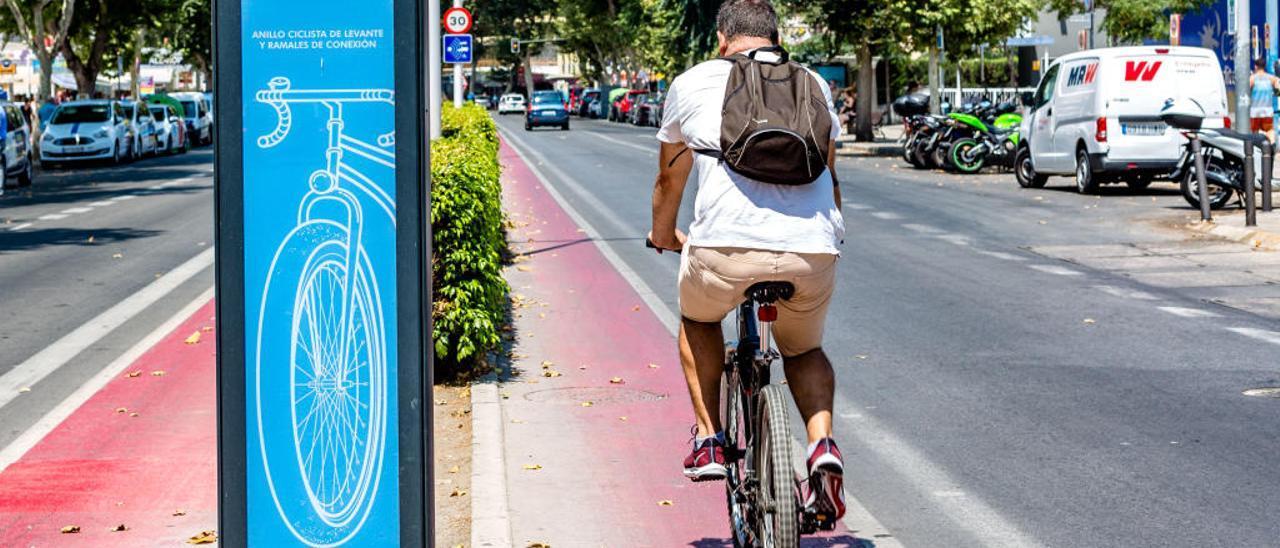 Un «tótem» del carril bici que ahora compartirán ciclistas y los conductores de vehículos eléctricos.