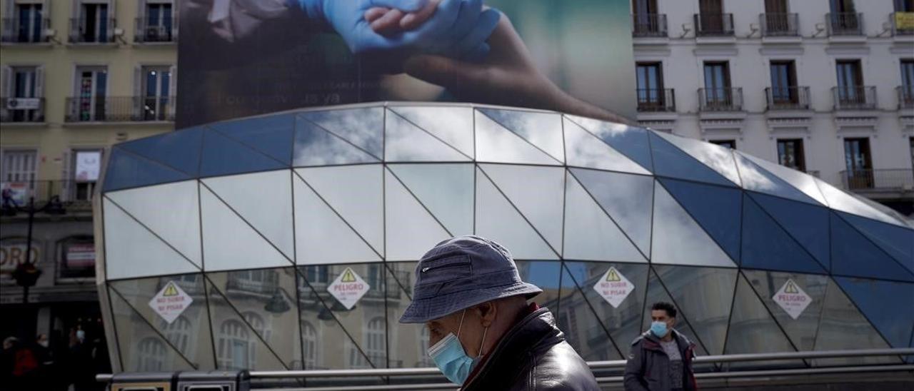 Mascarillas y publicidad en las calles de Madrid.