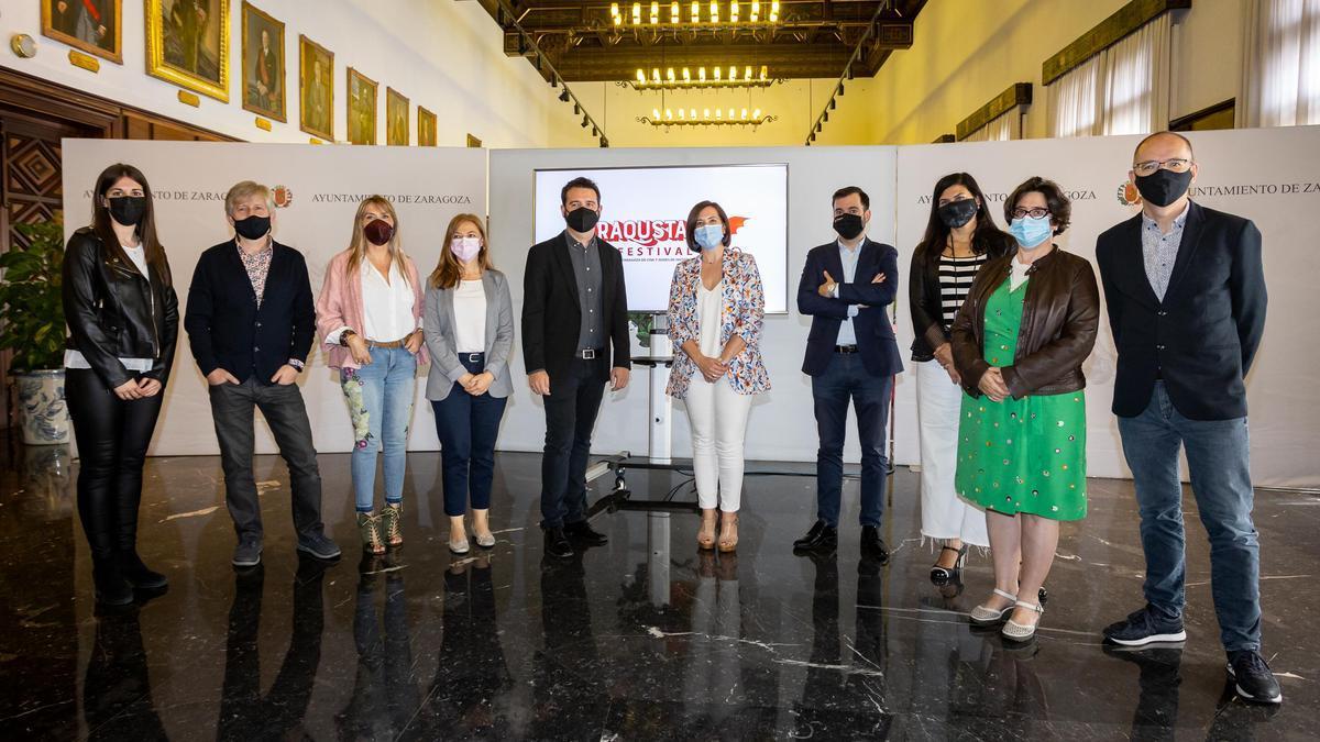 El equipo de Saraqusta Film Festival junto a Sara Fernández y David Lozano.