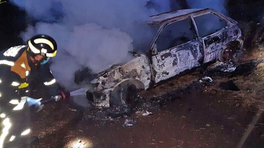 Arde un vehículo sustraído y usado para intentar robar en la zona alta de Los Realejos