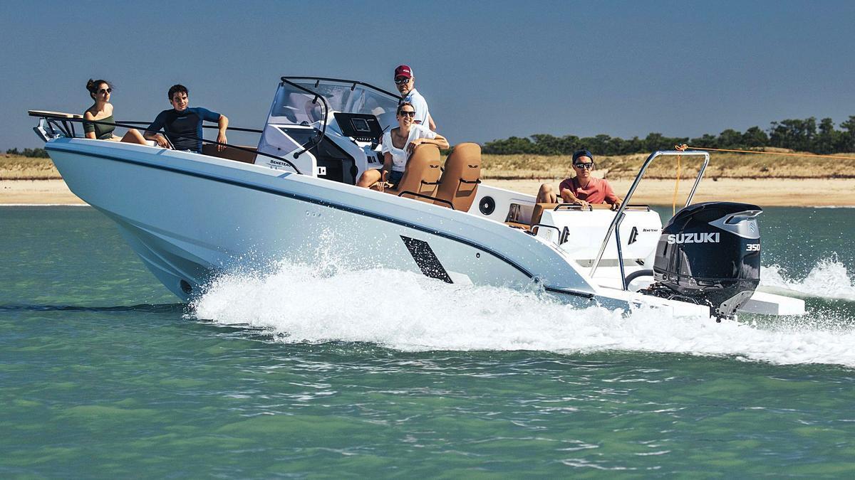 Una de las mejores opciones para disfrutar de mar en las Pitiüses es la embarcación Flyer 8 con el motor Suzuki 350 CV.   SUPERMERCADO NÁUTICO