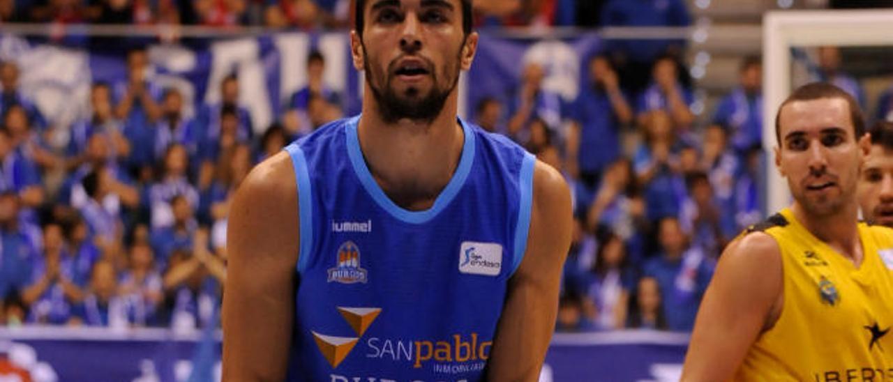 Álex López, con la camiseta del San Pablo Burgos, lanza un tiro libre.