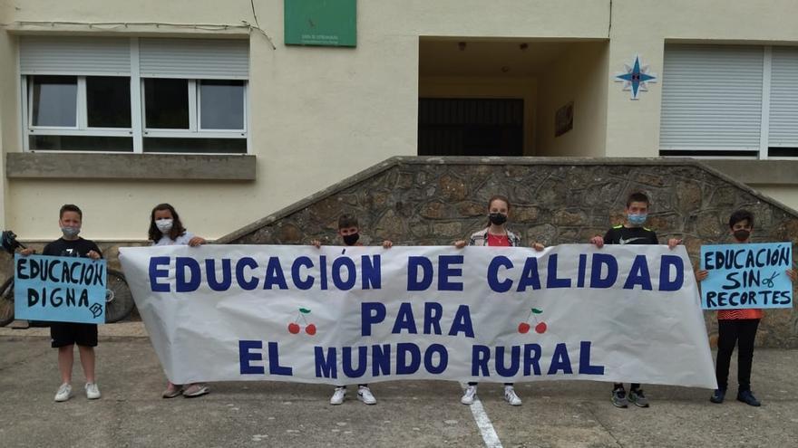 Protesta en el colegio de Tornavacas para que no le quiten un maestro interino