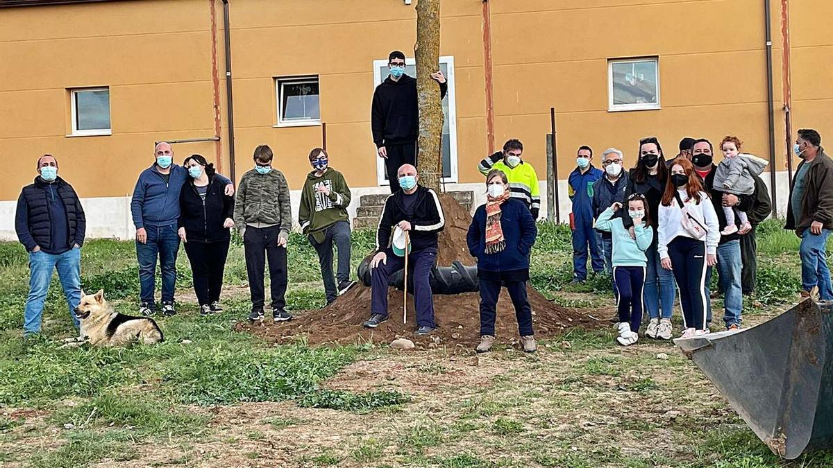 Vecinos de Valdefinjas posan junto al mayo plantado en 2021, el segundo año de la pandemia.   E. V.
