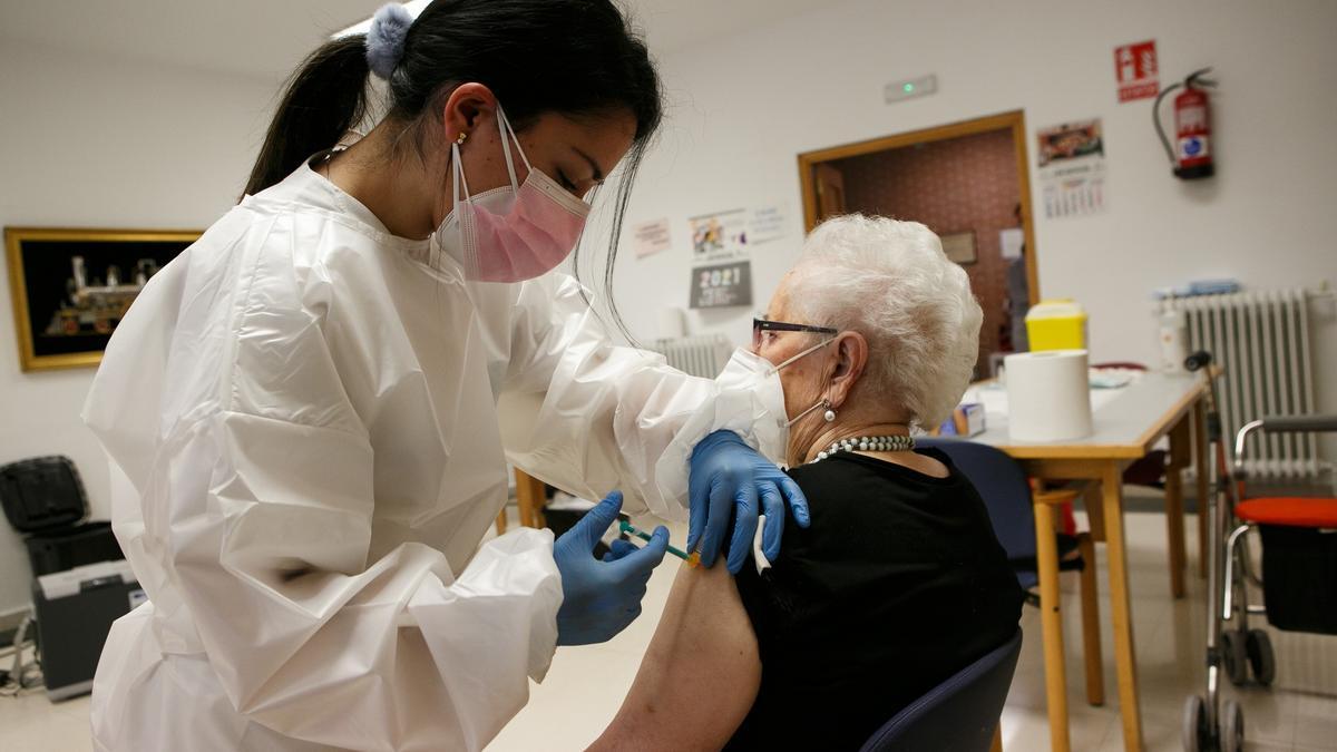 Una mujer recibe una vacuna en una residencia de Soria.