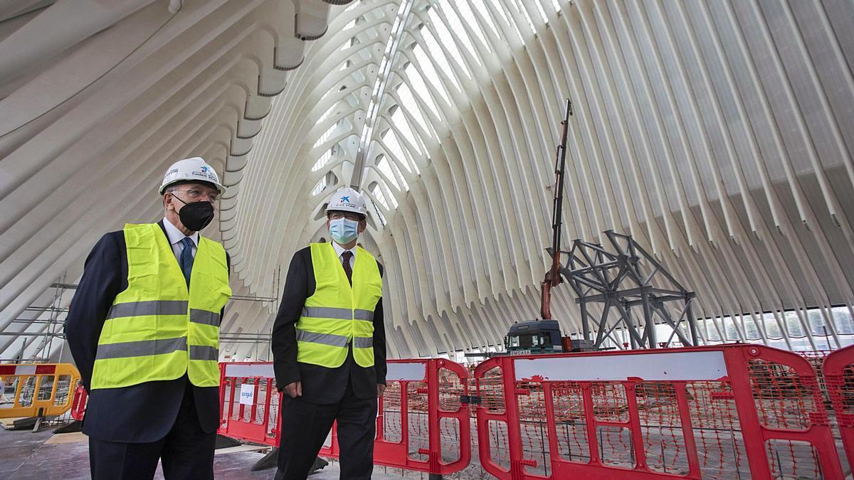 Isidro Fainé y Ximo Puig visitaron ayer las obras del futuro CaixaForum València. | GERMÁN CABALLERO