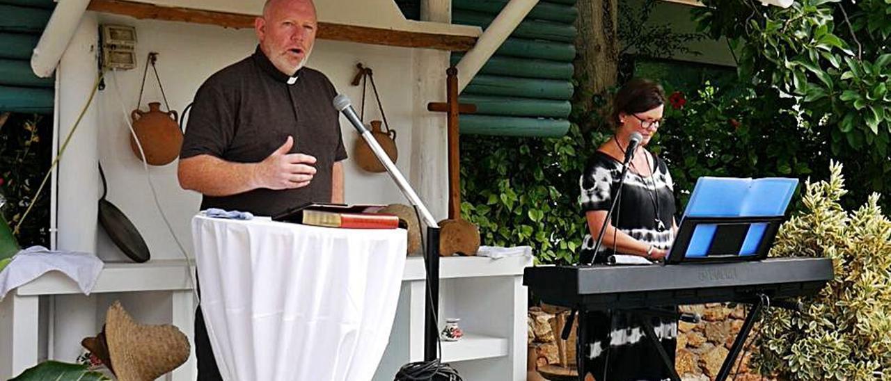 Adrian Green y su esposa dirigiendo el servicio dominical desde los terrenos del restaurante Can Truy.