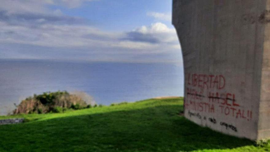 """El """"Elogio del horizonte"""", de nuevo lleno de pintadas"""
