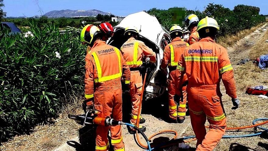 Los bomberos excarcelan a un conductor de 19 años en Favara