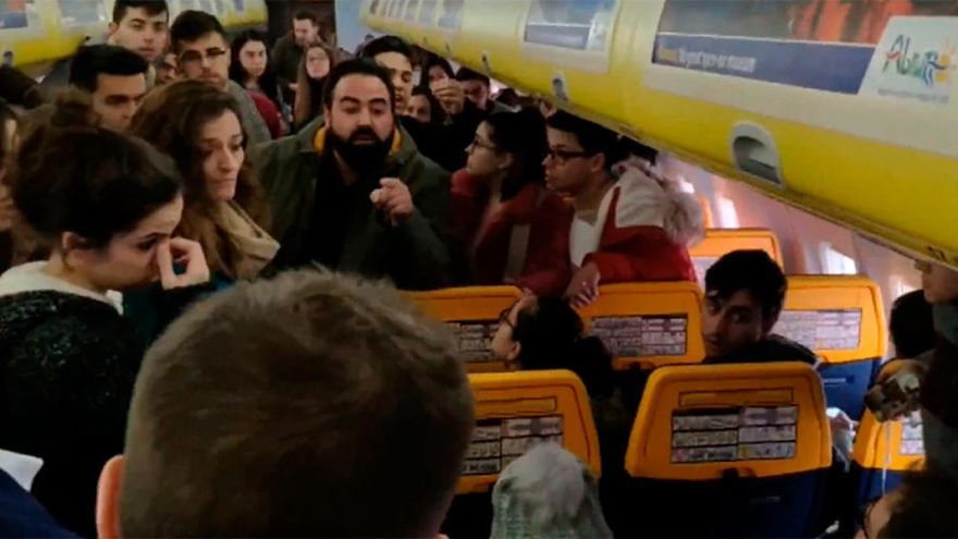 """Tres ovetenses, en el avión de Praga con 27 horas de retraso: """"Fue como un secuestro"""""""