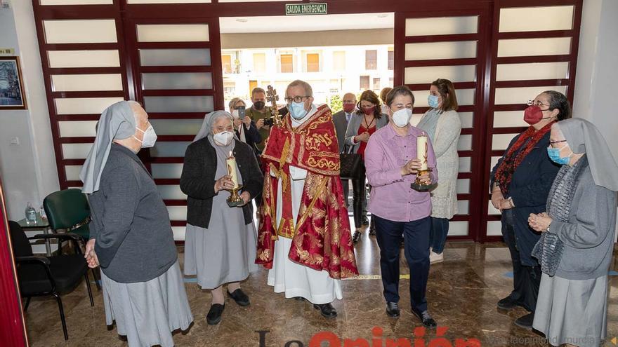 La Cruz recorre las parroquias y congregaciones religiosas en su último día en la ciudad