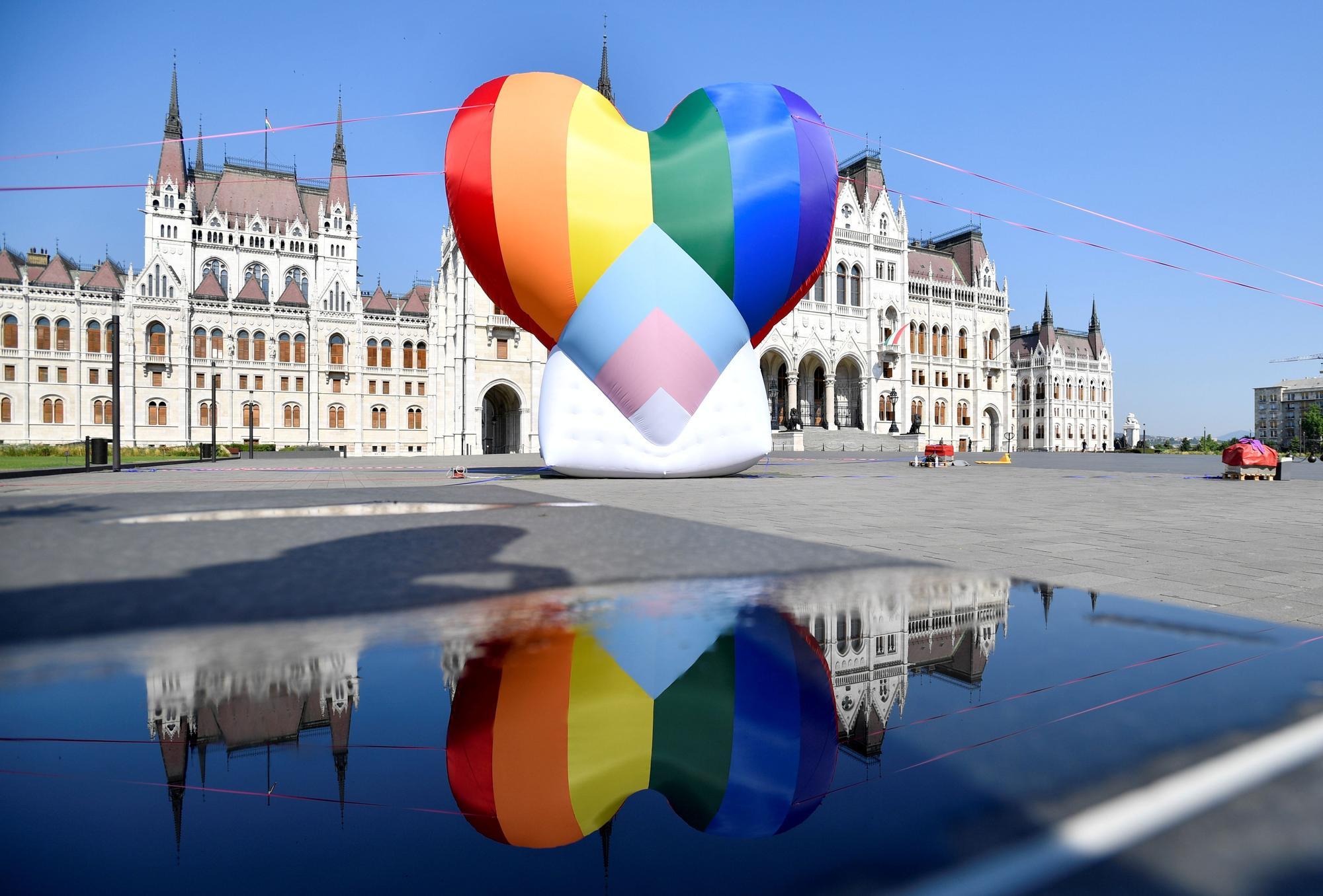 Protesta contra la ley que discrimina a los homosexuales en Budapest
