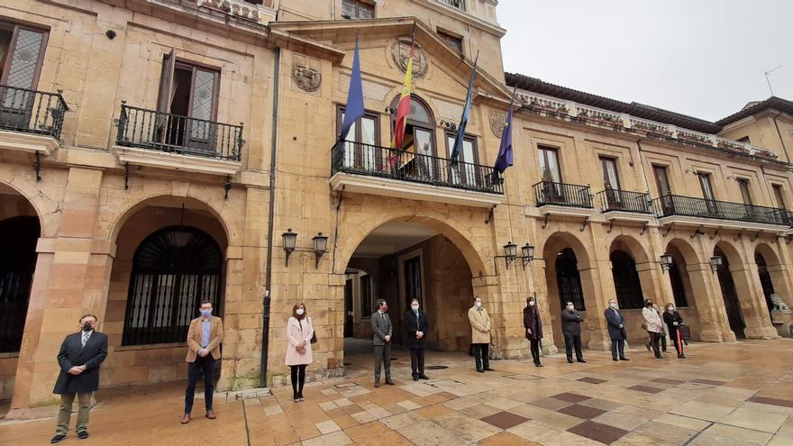 La corporación municipal de Oviedo separada en la concentración contra la violencia de género