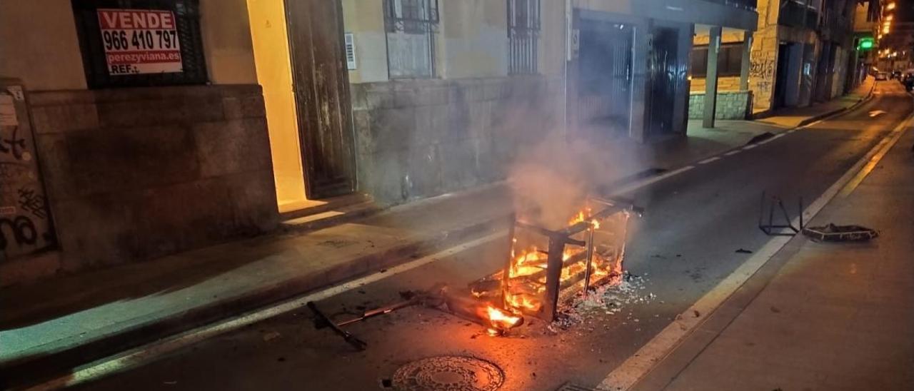 Sofá incendiado que arrojaron por la ventana los inquilinos de la casa.