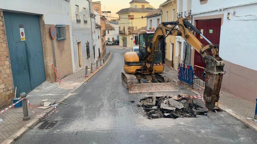 El Ayuntamiento de Puente Genil exigirá responsabilidades a Aqualia por los daños en una calle