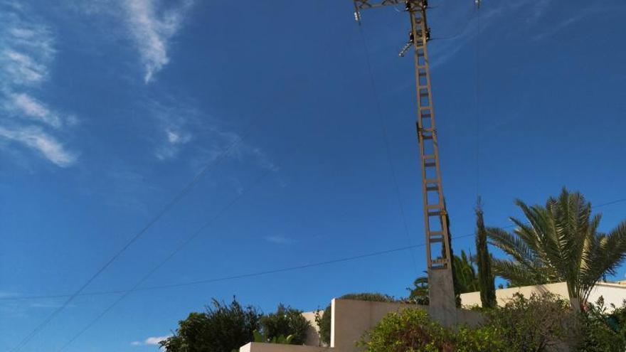 Conflicte a Benissa per les línies elèctriques que passen per damunt de piscines i xalets