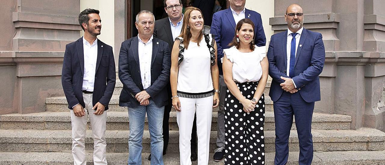 Lola García (c) junto a sus compañeros del grupo de Coalición Canaria en el Cabildo de Fuerteventura. | | FUSELLI