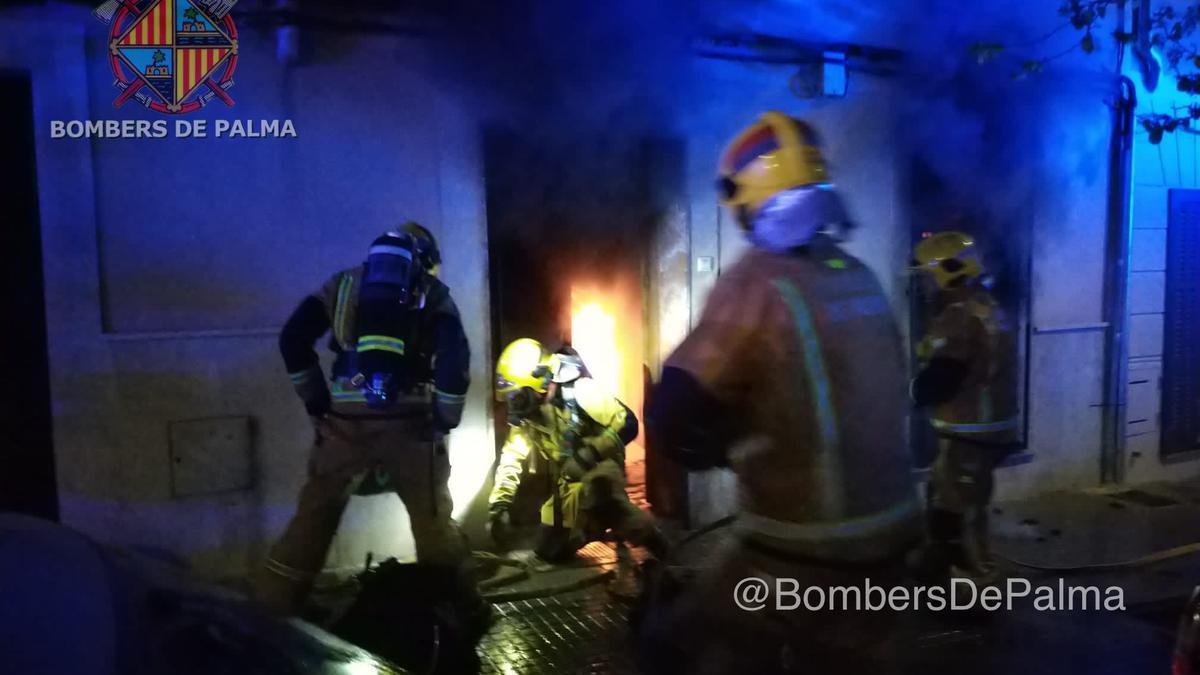Los bomberos, durante los trabajos de extinción.