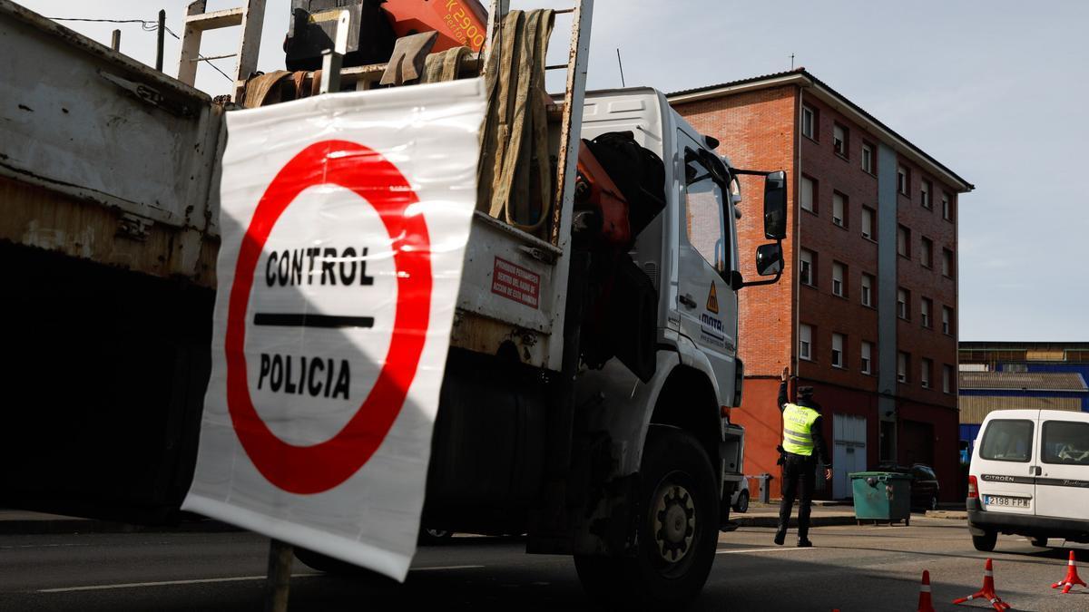Control de la Policía Local por el cierre perimetral de Avilés.
