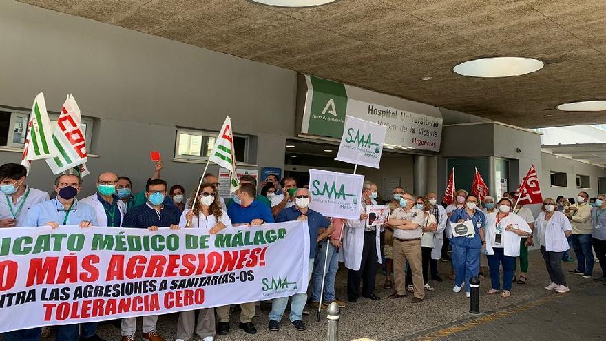 Médicos y sindicatos del Hospital Clínico protestan por la última agresión a un facultativo de Urgencias