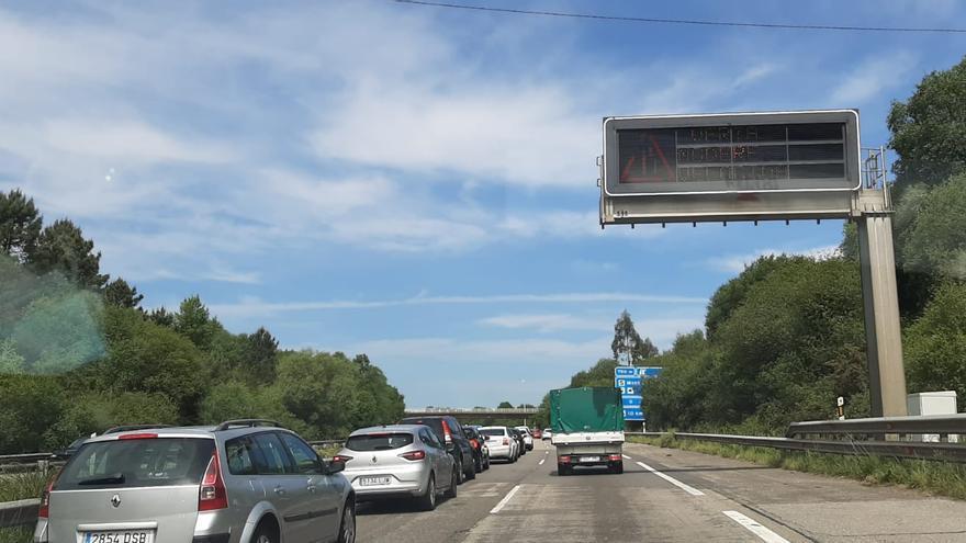 """Gran atasco en la autopista """"Y"""" por una avería de un camión"""