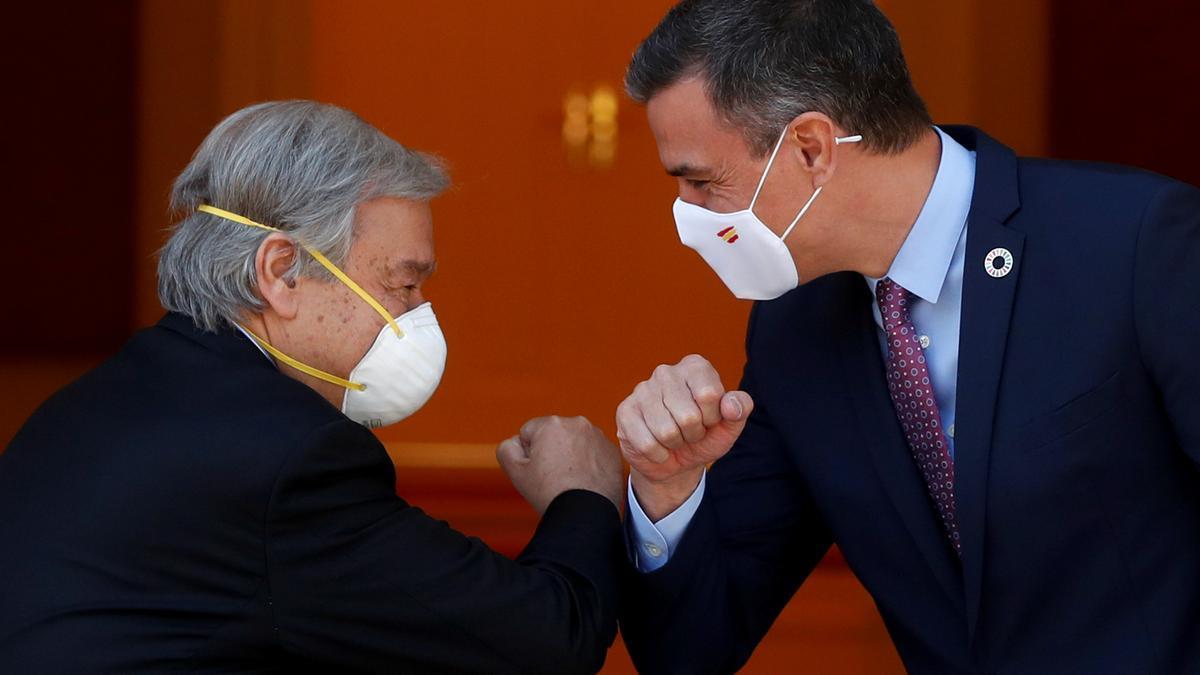 El presidente saluda a António Guterres.