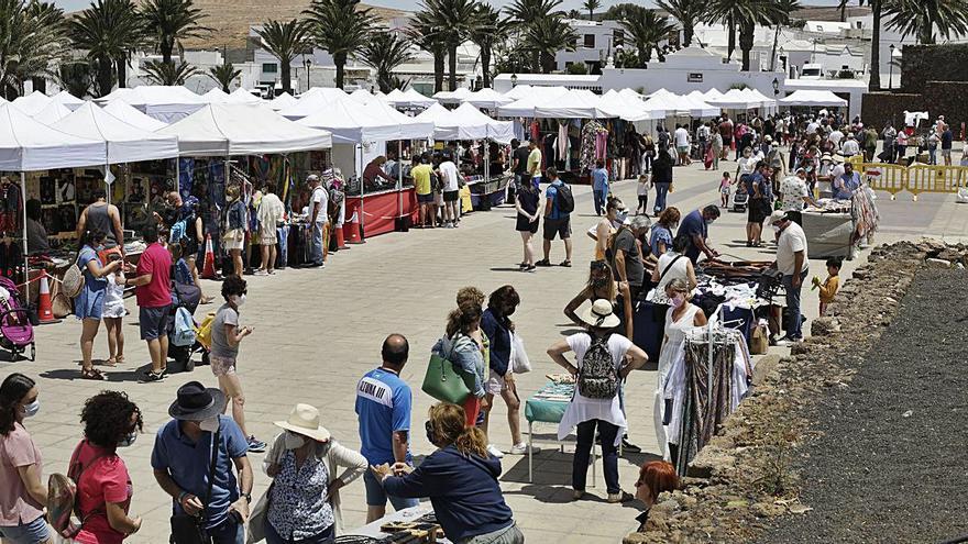 Casi 10.000 visitantes en el mercadillo de Teguise