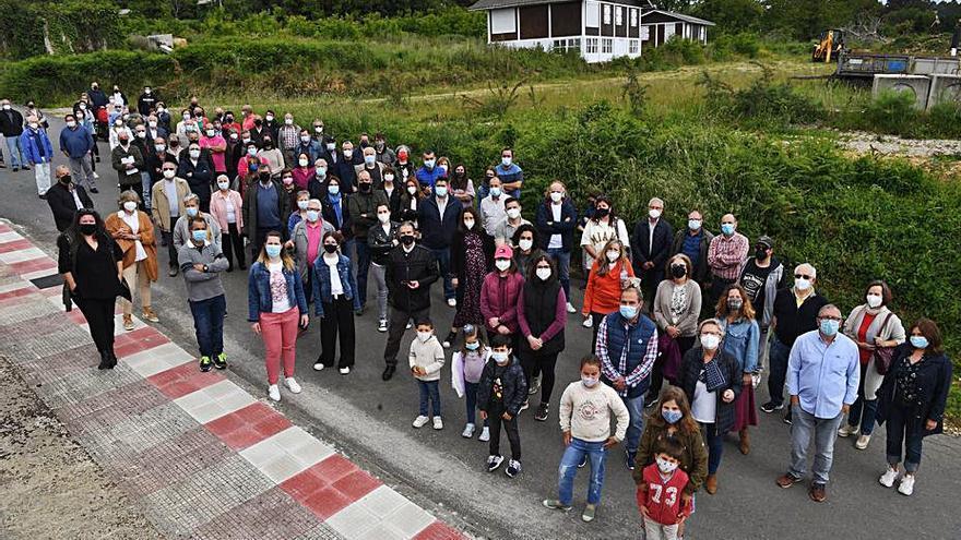Los vecinos de Lubre presentan ante la Xunta más de 430 firmas contra la planta de residuos