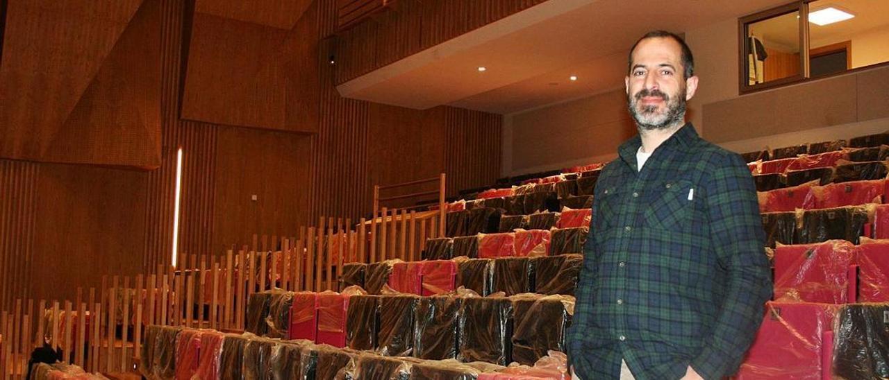 Ángel García, en la zona del auditorio del centro polivalente de Lugones.   P. T.