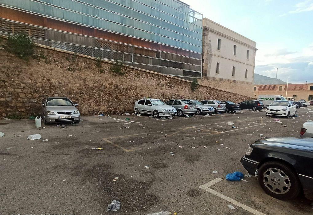 Así ha quedado la zona donde se ha llevado acabo el macrobotellón de Cartagena