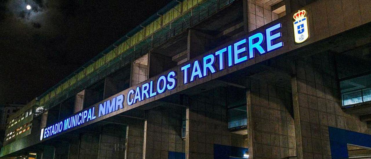 La fachada, con escudo. El nuevo lema, ya con el patrocinador, y el escudo del Real Oviedo, en la fachada principal del Carlos Tartiere. | Real Oviedo