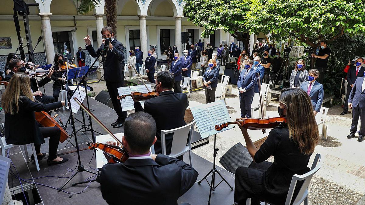 El Ensemble Casa Mediterráneo, durante su interpretación de ayer por el Día de Europa, ante la mirada de Puig y otros cargos. | LEVANTE-EMV