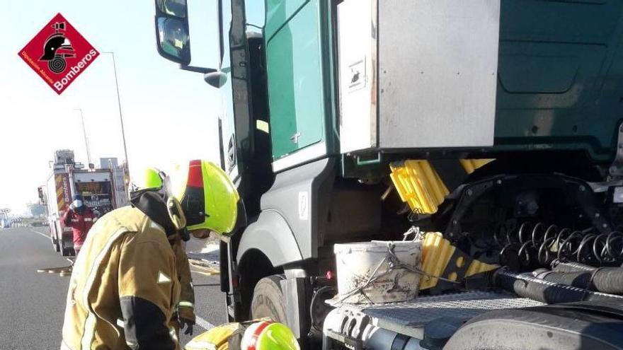 Los bomberos frenan la fuga de gasoil de un camión de mercancías peligrosas por la A-7 a la altura de Crevillent