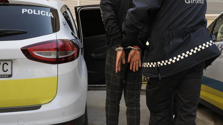 Detenen un menor d'edat a Girona per intentar robar amb violència un mòbil al barri de Sant Pau