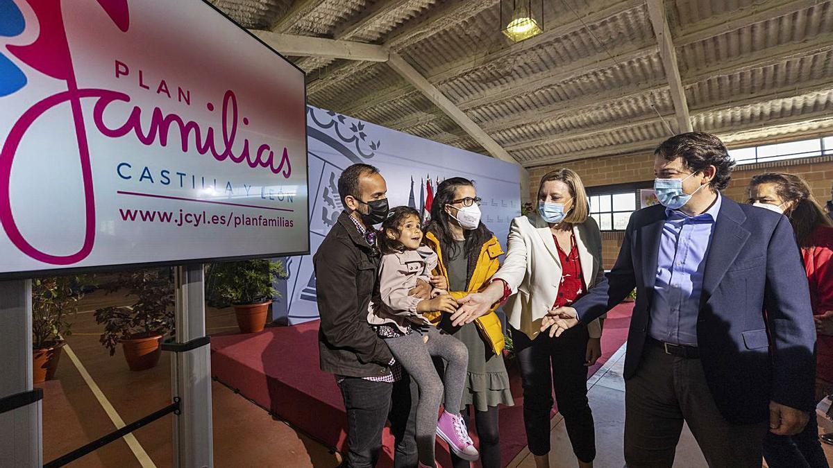 El presidente de la Junta de Castilla y León, Alfonso Fernández Mañueco, presenta el Plan Familias, acompañado por la consejera de Familia, Isabel Blanco y la niña Carlota y sus padres, una de las familias del Plan.   Ical