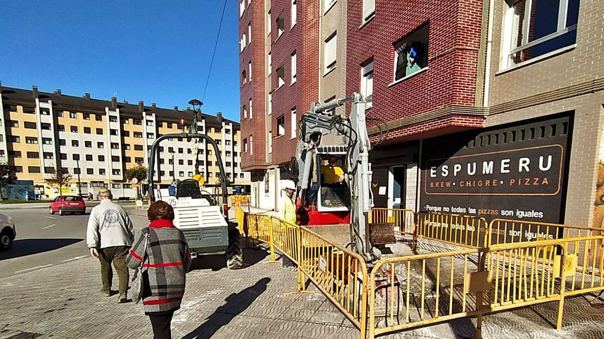 Obras de canalización de la red de geotermia en Langreo. | M. Á. G.