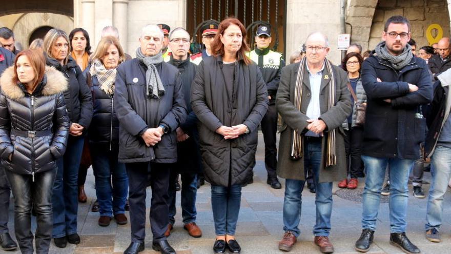 Desenes de persones fan un minut de silenci en record a la nena morta a Girona