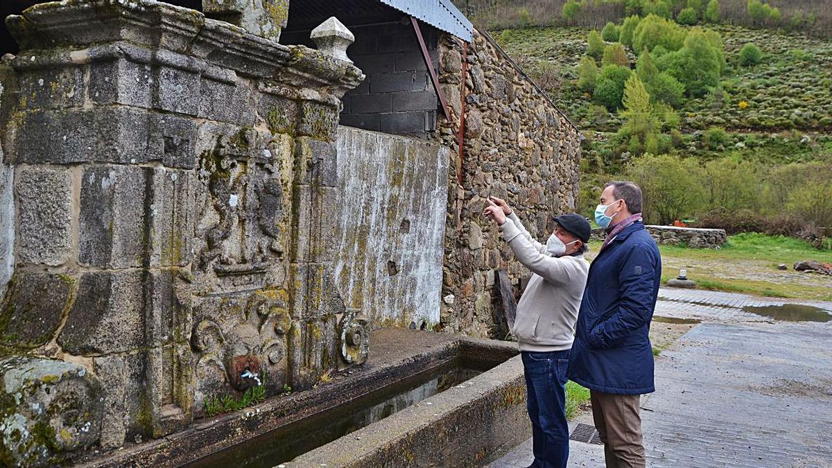 Requejo visita en Porto de Sanabria una fuente monumental con el escudo de la Orden de Santiago.   A. S.