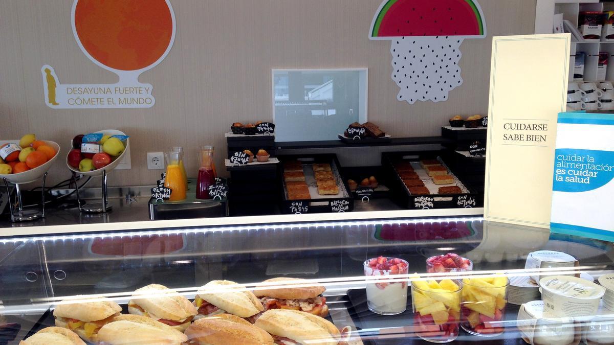 Expositor con alimentos saludables para el desayuno en una Clínica Quirón.