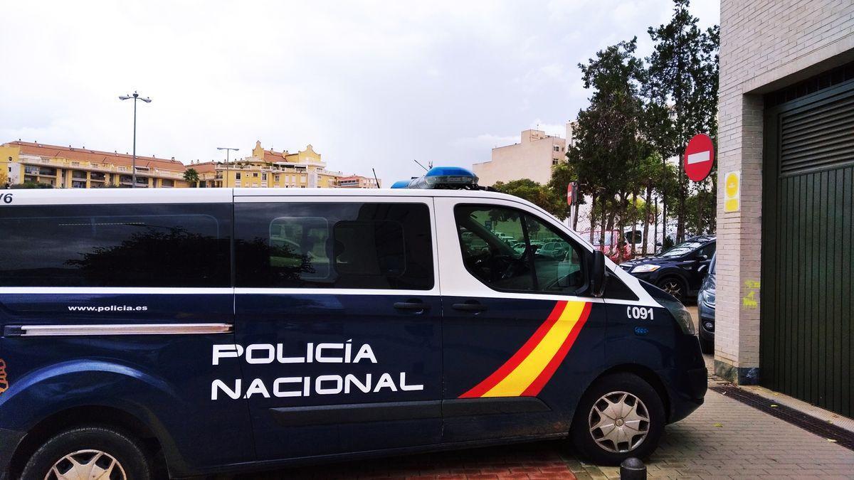 El furgón de la Policía Nacional en el que iba el acusado de homicidio.