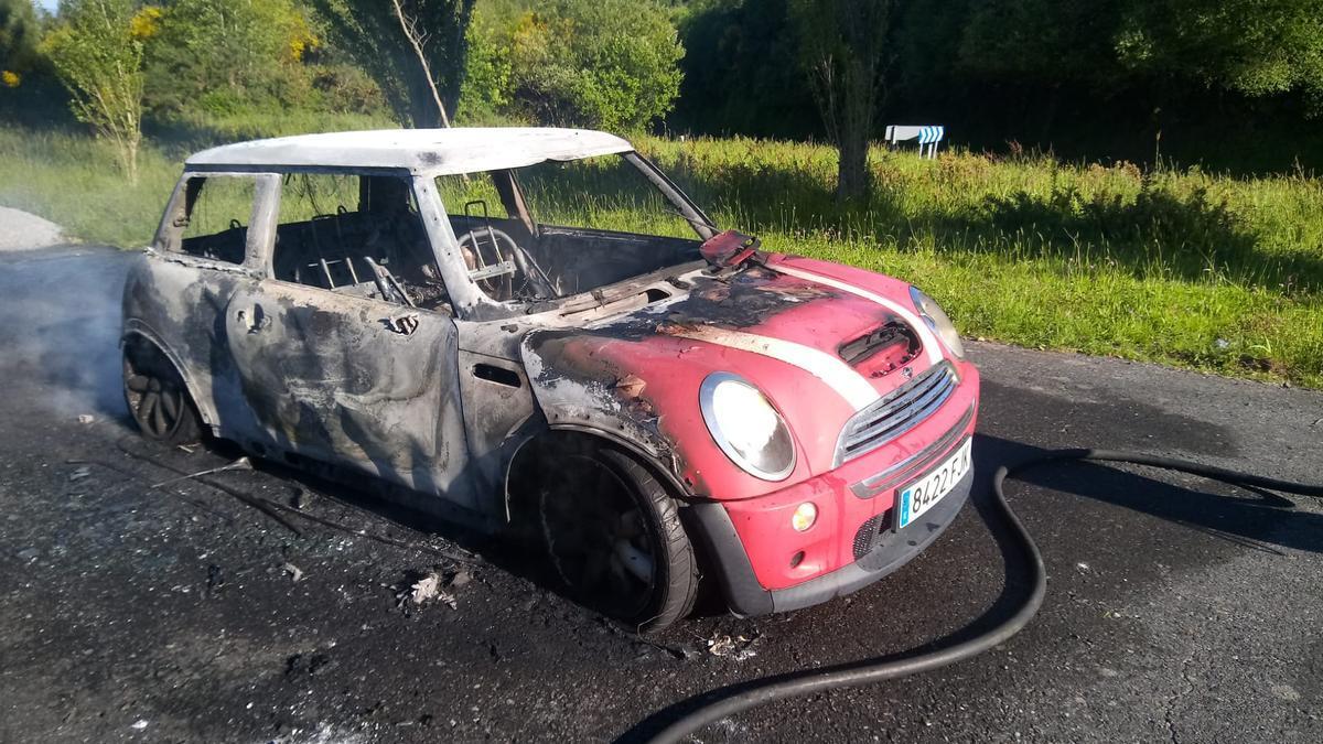El vehículo siniestrado en A Rocha.//Bombeiros de Deza