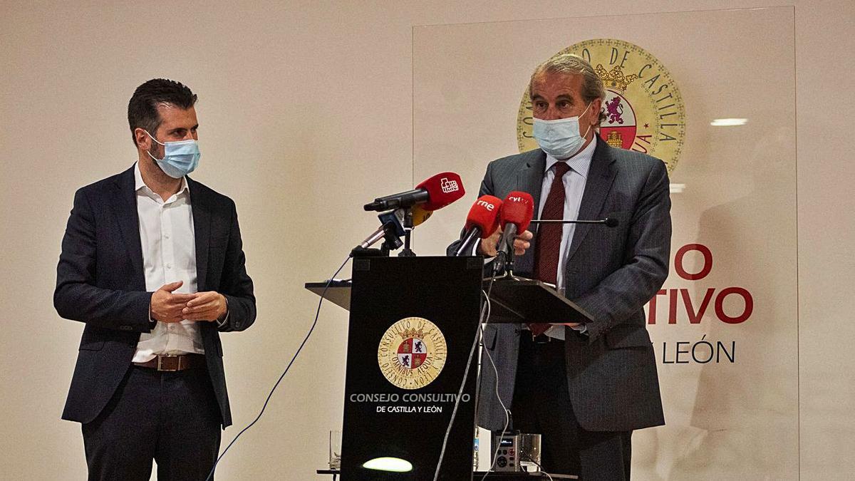 El presidente del Consultivo, De Vega, junto al líder socialista.