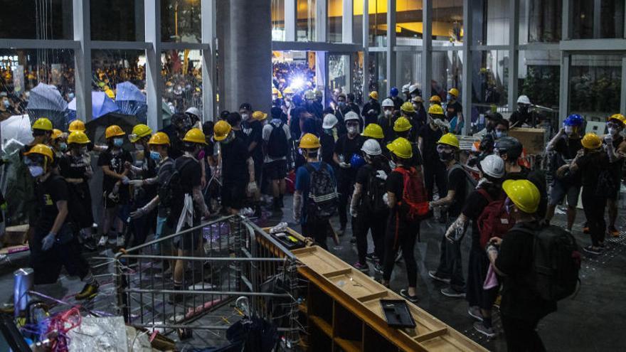 Centenars de manifestants assalten i ocupen el Parlament de Hong Kong